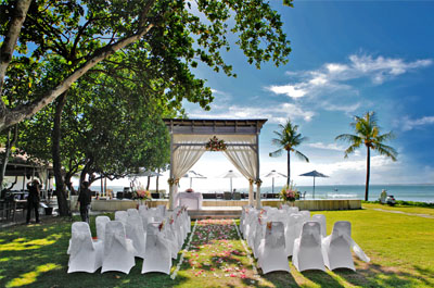 Weddings bali garden beach resort a hotel accommodation in kuta an exquisite and elegant white decoration consists of 2 standing terrazzo with white rose white gladiolus 2 balinese umbrellas 4 fl ower tassels junglespirit Images